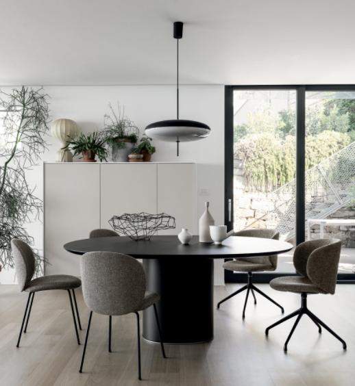 Kristalia Tisch und Stühle